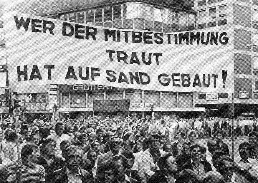 Mitte Juli 1977 demonstrieren 2.000 Klöckner_Arbeiter gegen die Entlassung von 500 Kollegen