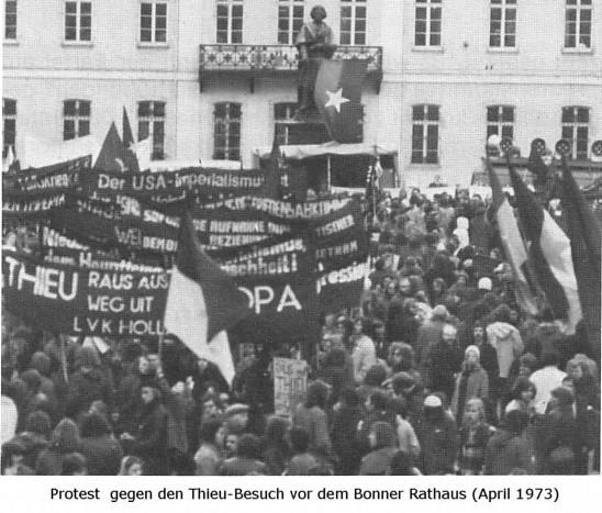 Foto: Protest gegen den Thieu_Besuch vor dem Bonner Rathaus im April 1973